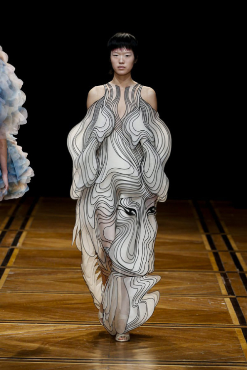 Iris-Van-Herpen-pring-2019-Couture-Collection-PFW-Fashion-Tom-Lorenzo-Site-15