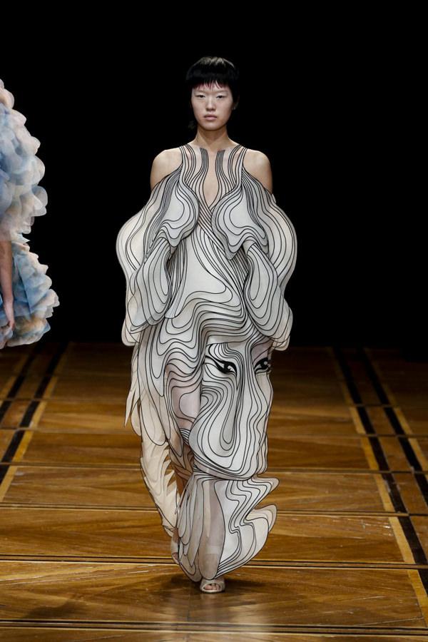 Iris-Van-Herpen-pring-2019-Couture-Collection-PFW-Fashion-Tom-Lorenzo-Site-15